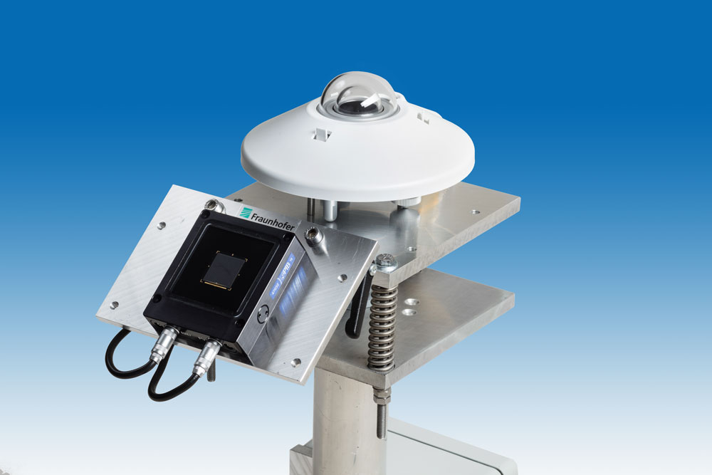 Monitoring system with reference cell of Fraunhofer ISE and pyranometer.